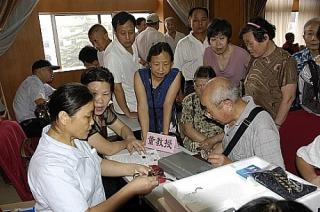 Professor Dong explains operate guide for bluelight Electro acupuncture apparatus